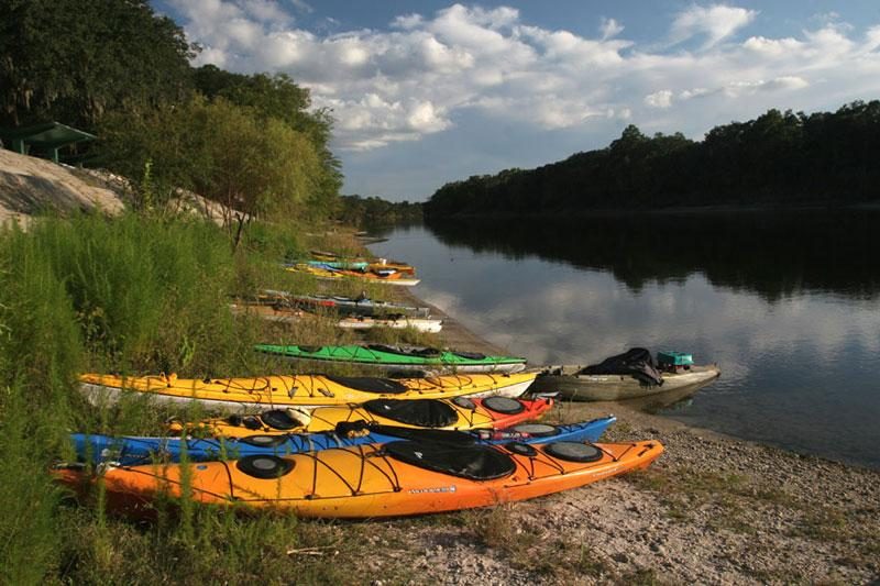 kayaks-along-the-Suwannee-at-Branford-by-Doug-Alderson-lr